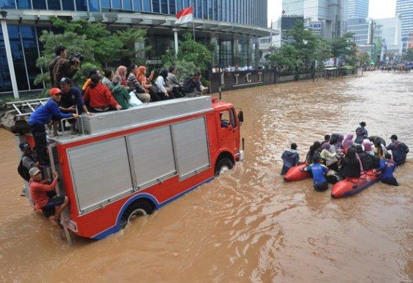 Banjir-Thamrin-Sudirman-Jakarta-170113-Spt-4-jpg_100306