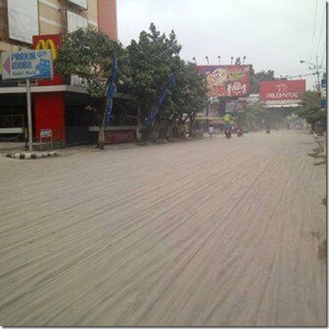 Lautan pasir di jalan raya @ Kediri Mall akibat hujan abu & pasir Kelud, Upload juga foto di tempatmu Nda ...
